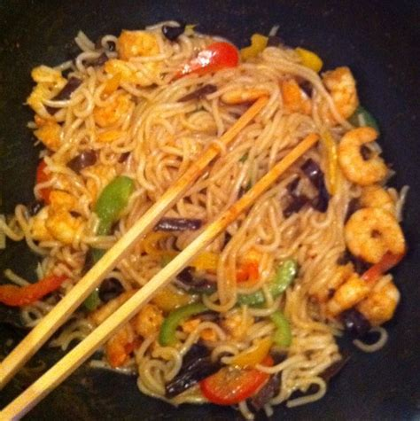 cuisiner les nouilles chinoises wok crevettes nouilles sautés recette de wok crevettes