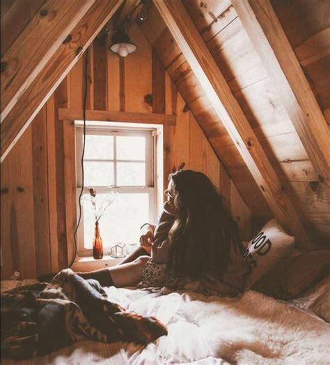 lit pour chambre mansard馥 chambre sous les combles 1er tage chambre poutres apparentes classique maison parquet blanc bois escalier bibliothque dcoration chambre sous