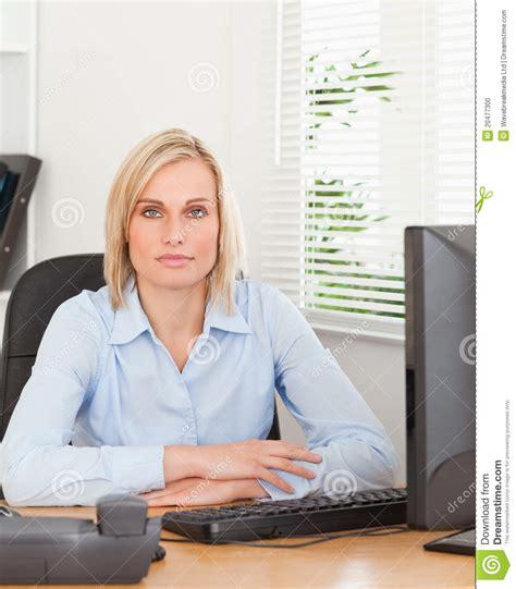 femme bureau femme sérieuse s 39 asseyant derrière un bureau photo