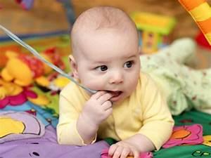 Spielzeug Für 8 Monate Altes Baby : babys beim spielen 0 bis 8 monate baby spiele f r baby babyspielzeug 3 monate und babyspiele ~ Yasmunasinghe.com Haus und Dekorationen