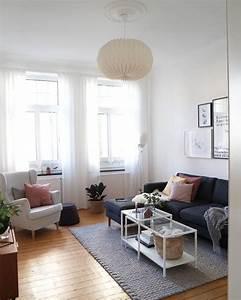 Kleines Schlafzimmer Gestalten : eine kleine gallery wall und eine tolle deckenleuchte bringen leben in dieses wohnzimmer das ~ A.2002-acura-tl-radio.info Haus und Dekorationen