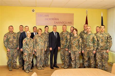 Aizsardzības ministrs apmeklē Militāro policiju | Flickr