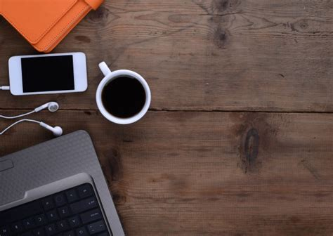 café bureau bureau avec du café smartphone portable et ordinateur
