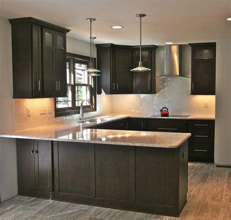 herringbone backsplash kitchen en  cocinas