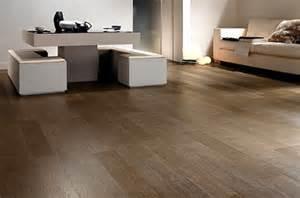 wood grain ceramic tile that makes the floor looks like wooden