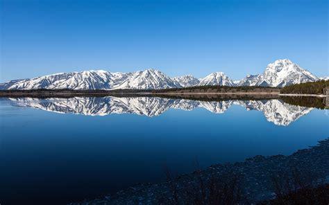 gory zasypane sniegiem odbite  jeziorze