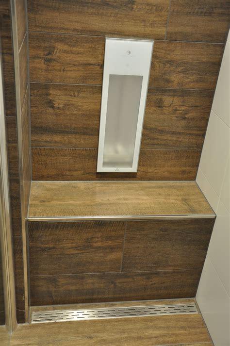 badezimmer mit fliesen  holzoptik passend sitzbank