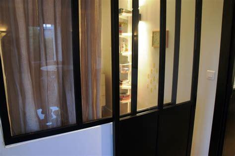 cuisine laquee verrière pour séparer une chambre et un salon