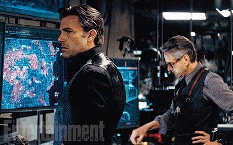 novas imagens de batman  superman revelam  bat caverna
