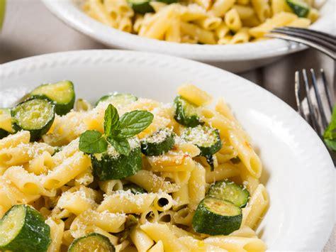 pasta con fiori di zucchine ricette pasta ai fiori di zucca e zucchine ricetta semplice per l