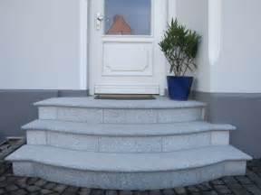 runde treppen treppen und podeste aus granit und naturstein im außenbereich eingängen