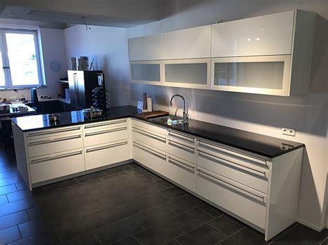Häcker-musterküche Weiße Hochglanz Küche Mit Hochwertigen E-geräten Und Granit-arbeitsplatte