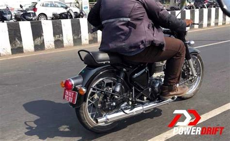 Initially classic 350 came with normal tire in the front with straight threads, which got very bad road grip. 2020 Royal Enfield Classic 350 Spied Testing In India - CarandBike