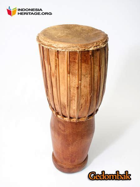 Hanya saja, di riau alat musik ini cenderung lebih populer karena biasa digunakan untuk mengiringi tari zapin, tari khas melayu riau. 10 Alat Musik Tradisional Kepulauan Riau - Tradisi Tradisional