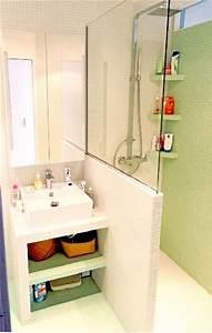 plan vasque en carrelage blanc dans petite salle de bain With porte de douche coulissante avec meuble de salle de bain laqué blanc
