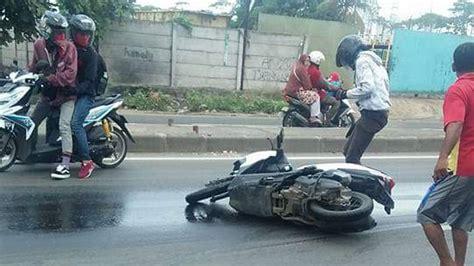 puluhan motor terpeleset akibat tumpahan oli bekas