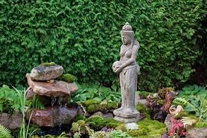 Buddha Statue Im Garten : wie von der natur komponiert buddha figur am garten teich terra et ars galerie bali buddhas ~ Bigdaddyawards.com Haus und Dekorationen