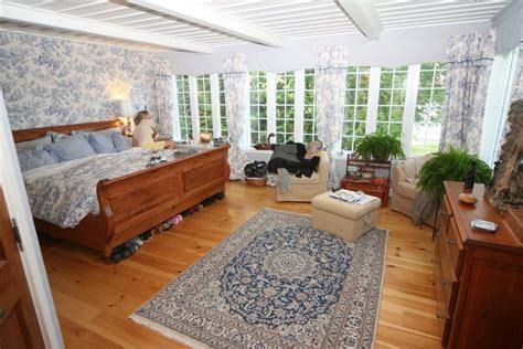 chambre spacieuse la chambre à coucher spacieuse a accès à la cour arrière