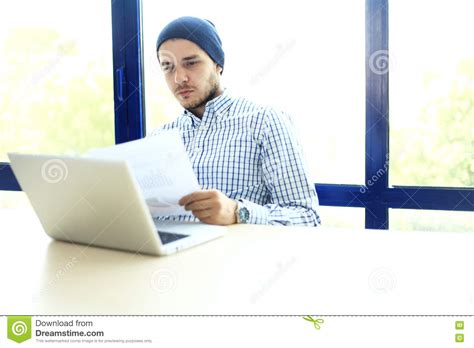 bureau homme d affaire homme d 39 affaires travaillant au bureau avec l 39 ordinateur