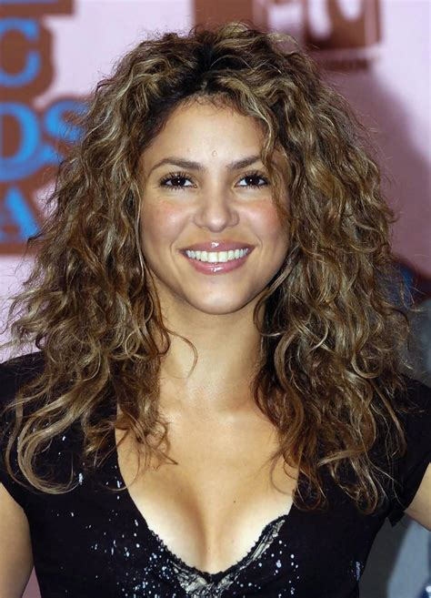 shakira long curls shakira long hairstyles