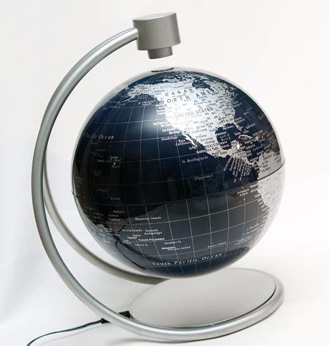 Moderns globuss ar magnētisko lauku