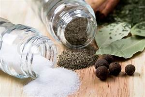 Räder Salz Und Pfeffer : gew rze pfeffer salz lorbeerbl tter zimt und kr uter nahaufnahme auf holzuntergrund ~ Sanjose-hotels-ca.com Haus und Dekorationen