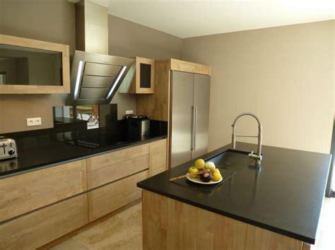 cuisine inox et bois cuisine design graveson bois ilot central évier inox hotte
