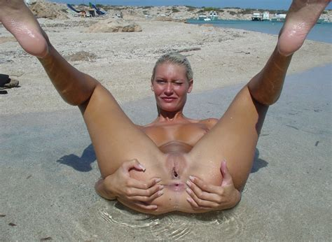 Skinny Hot Amateur Girlfriend Poses Naked On The Beach