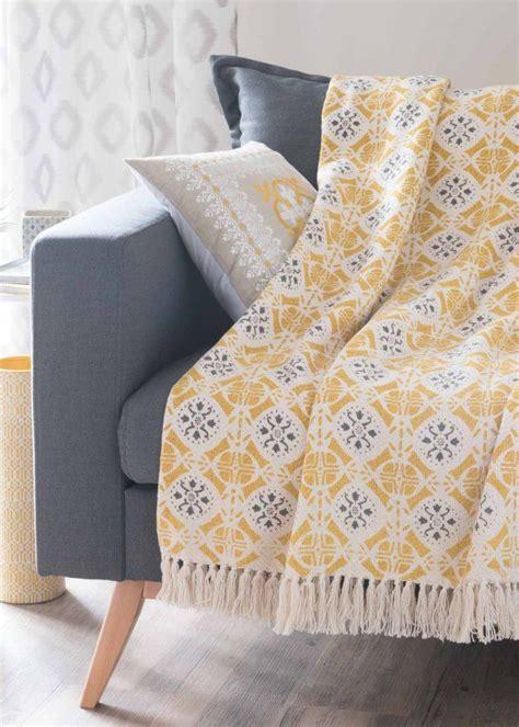 plaid canapé maison du monde les 25 meilleures idées de la catégorie canapé jaune en