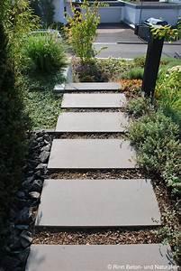 Weggestaltung Im Garten : es muss nicht immer kies sein schrittplatten in rindenmulch wirken rustikal nat rlich und ~ Yasmunasinghe.com Haus und Dekorationen
