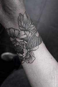Tatouage Femme Poignet : exemple tatouage poignet femme fleurs de pivoine lotus ~ Melissatoandfro.com Idées de Décoration