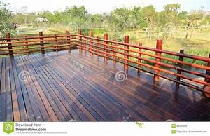 Balustrade En Bois : plate forme en bois terrasse en bois avec la balustrade ~ Melissatoandfro.com Idées de Décoration