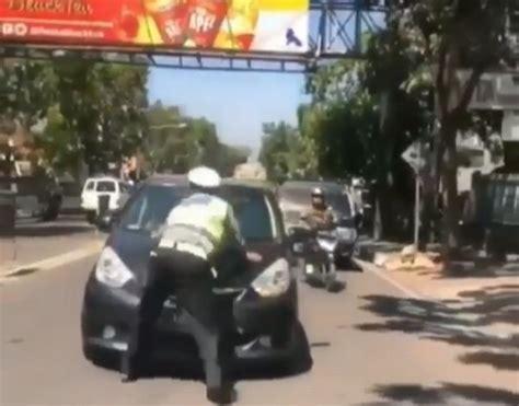 fakta di balik viral polisi ditabrak mobil saat hendak tilang pelanggar lalin okezone news