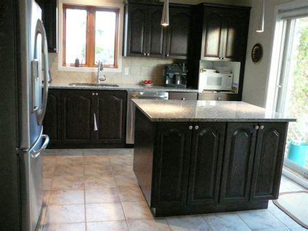 teindre armoire de cuisine armoire de cuisine en chêne décapage changer la couleur