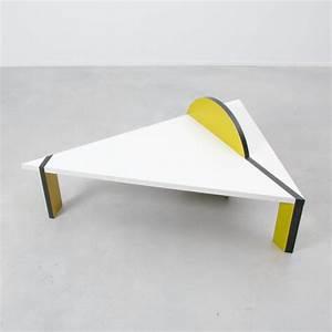 Table Basse Blanche Design : table basse triangulaire jaune et blanche 1970 design ~ Nature-et-papiers.com Idées de Décoration