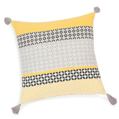 maison du monde coussin de chaise housse de coussin à pompons en coton jaune grise 40 x 40 cm maisons du monde