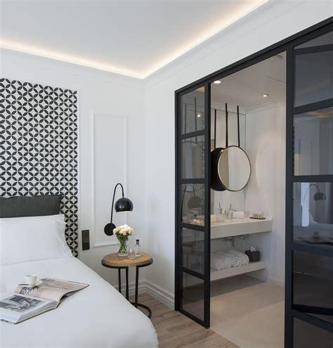 italienne dans une chambre the serras hotel barcelona luxury design hotel