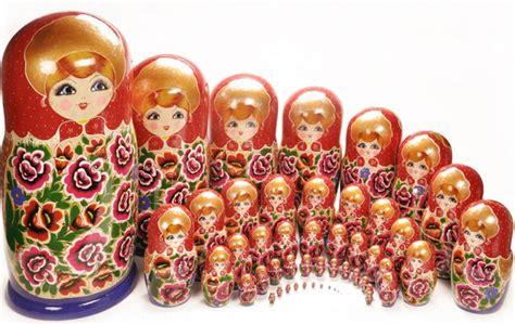russische puppen ineinander alte tradition moderne russische puppen deko feiern zenideen