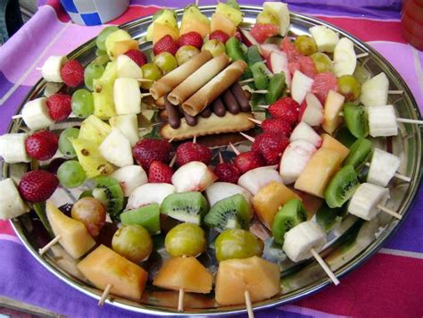 brochettes de fruits frais photos
