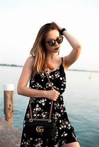 Kleid Mit Jeansjacke : summer mood with anna ella das kleid mit blumenmuster ~ Frokenaadalensverden.com Haus und Dekorationen