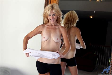 freshest mature women on the net featuring anilos skowshi 4v sexy workout