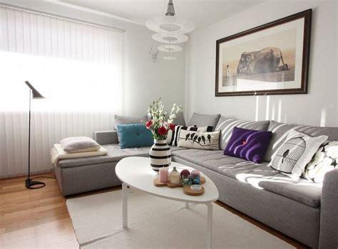 coussin sur canapé gris déco salon en coussins pourpres bleus et blancs sur le