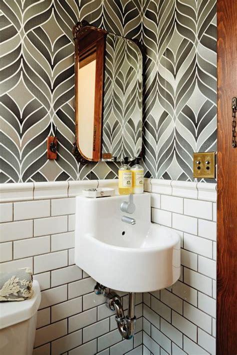 Badezimmer Fliesen Und Tapete by Dwell White Gray Bathroom With Gray Wallpaper