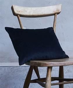 Coussin Velours Bleu : coussins velours unis bleu outremer gamme couleurs ~ Teatrodelosmanantiales.com Idées de Décoration