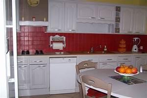 Peindre Faience Cuisine : cuisine et table relookees avec la satinelle perle carrelage rouge passion et hotte et chaises ~ Melissatoandfro.com Idées de Décoration