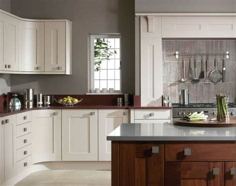 repeindre sa cuisine en blanc cuisine taupe 51 suggestions charmantes et très tendance