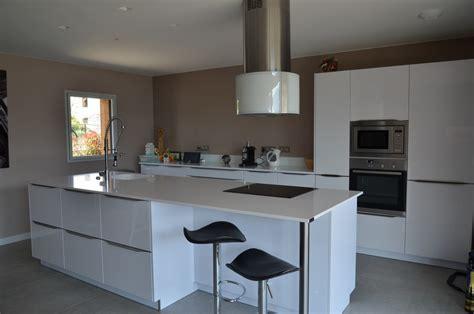 cuisine grise plan de travail blanc cuisine équipée sur mesure cuisine design traditionnelle