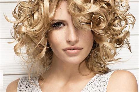 Стрижки на вьющиеся волосы фото модных женских причесок на кучерявые густые локоны укладка в домашних условиях на каждый день как.