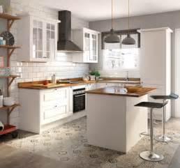 una cocina luminosa  actual los muebles blancos son