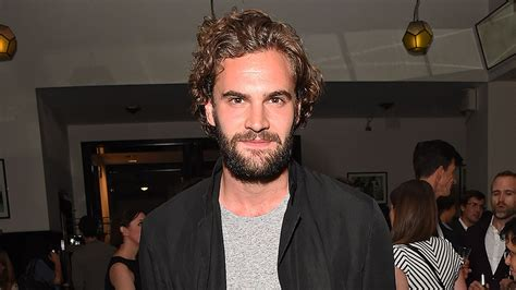 tom bateman hard powder tom bateman junta se a liam neeson no elenco de quot hard powder quot